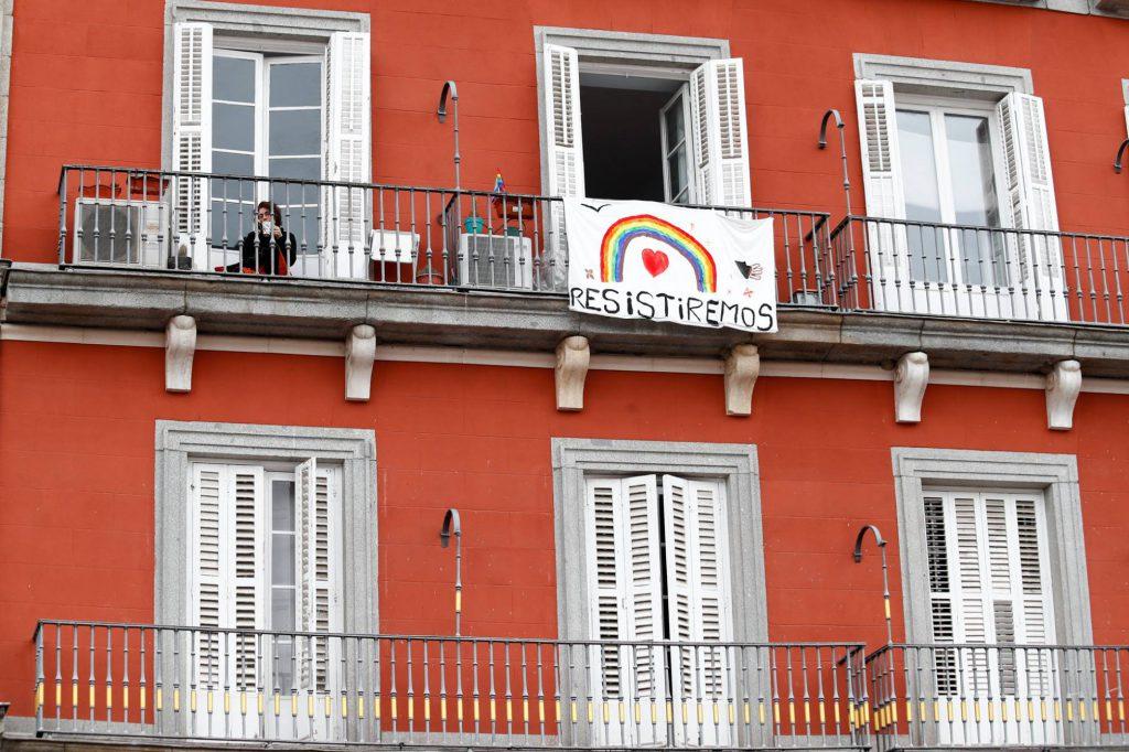 """Balcón con pancarta """"resistiremos"""" durante la crisis del covid19"""